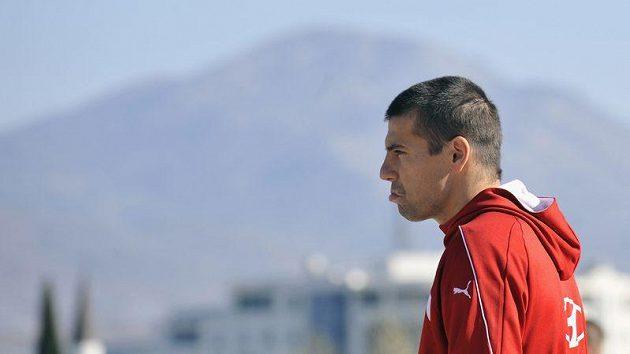 Fotbalisté české reprezentace si vyšli na procházku po černohorské Podgorici, kde se utkají v odvetě baráže o postup na mistrovství Evropy s Černou Horou. Na snímku je Milan Baroš.