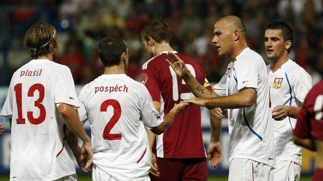 Romanu Bednářovi (druhý zvpravo) gratulují spoluhráči k brance v utkání proti Lotyšsku.