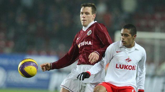 Sparťan Radoslav Zabavník (vlevo) v souboji s Wellitonem ze Spartaku Moskva