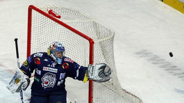 Liberecký gólman Marek Pinc se ohlíží za letícím pukem v pátém utkání čtvrtfinále play-off na ledě Plzně.
