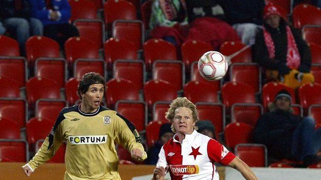 Slávista Koreš bojuje o míč s Brněnským Hamouzem.