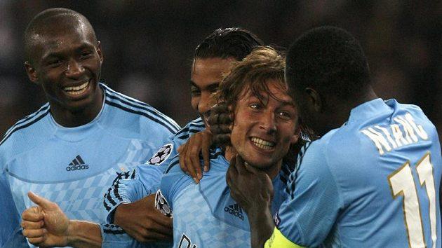 Fotbalisté Marseille se radují z branky na hřišti Zurichu v Lize mistrů.