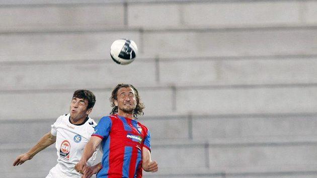 Plzeňský Petr Jiráček (vpravo) bojuje o míč s Hovhannisjanem z Pjuniku Jerevan.