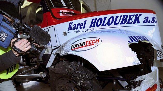 Úvodní defekt pravé přední pneumatiky poškodil i plasty závodní buggyry.