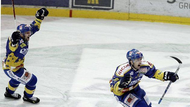 Radost zlínského Jaroslava Balaštíka (vpravo) ve třetím utkání čtvrtfinále play-off se Slavií.
