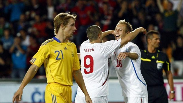 Jan Rezek (uprostřed) oslavuje s Danielem Kolářem gól vstřelený Ukrajině.