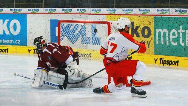 Sparťanského gólmana Faltera překonává Lahti z Jokeritu Helsinky.