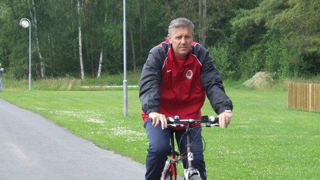 Trenér Jozef Chovanec odjíždí na kole z tréninku Sparty během přípravy ve Františkových Lázních.