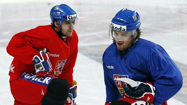 Tomáš Rolinek (vlevo) a Petr Koukal se protahují při tréninku české reprezentace.