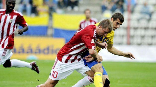 Na Žižkově bojují o míč domácí Richard Kalod (v červenobílém) a Admir Ljevakovič z Teplic.