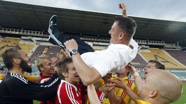 Trenér Dukly Luboš Kozel létá nad hlavami hráčů na oslavu postupu do první ligy.