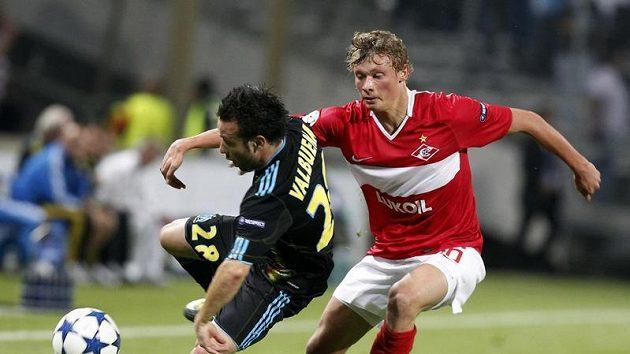 Jevgenij Makijev ze Spartaku Moskva (vpravo) v souboji s Valbuenou z Marseille