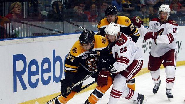 Bostonský Patrice Bergeron (vlevo) bráněný Oliverem Ekman-Larssonem z Phoenixu.