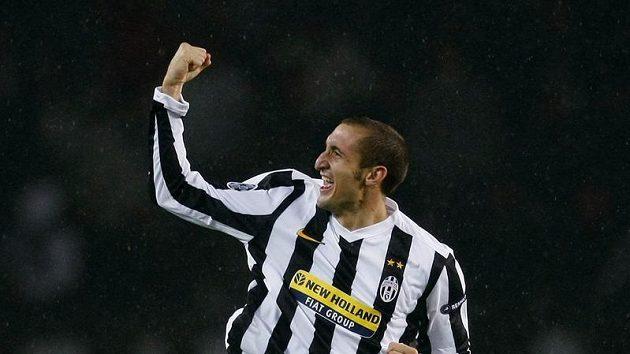Fotbalista Giorgio Chiellini z Juventusu se raduje z branky proti Maccabi Haifa v utkání Ligy mistrů.