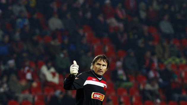 Brankář Slavie Martin Vaniak gestikuluje v utkání proti Brnu.