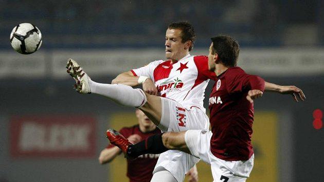 Slávista Milan Kopic (uprostřed) bojuje o míč s Liborem Sionkem ze Sparty v odvetě čtvrtfinále Ondrášovka Cupu.