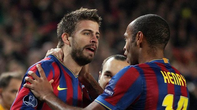 Gerard Piqué (vlevo) a Thierry Henry z Barcelony se radují z branky do sítě Interu Milán.