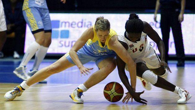 Eva Vítečková z USK Praha (vlevo) v souboji se Sofií Youngovou z reprezentace USA.