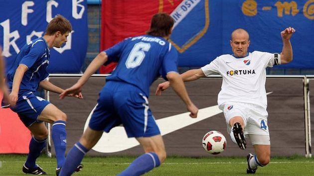 Martin Lukeš z Baníku a Vladimir Jurčenko z Mogilevu (zády) v odvetném zápase 3. předkola Evropské ligy