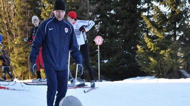 Fotbalista Sparty Bony Wilfried z Pobřeží slonoviny a jeho krušné první krůčky na běžkách...