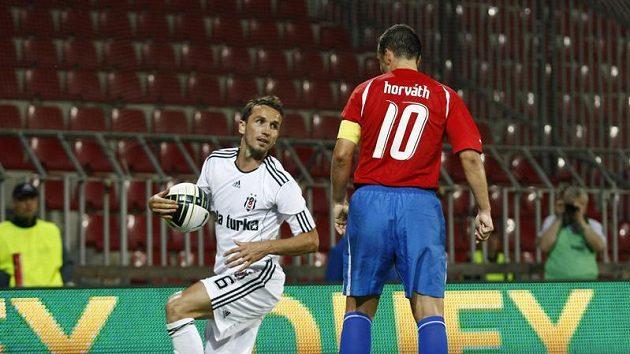 Tomáš Sivok v dresu Besiktase (vlevo) se dívá na Pavla Horvátha z Plzně.