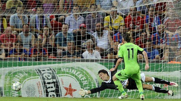 Brankář Marek Čech z Plzně (vlevo) a César Santin z Kodaně sledují gól, který do české sítě vstřelil kodaňský hráč Christian Bolaňos.