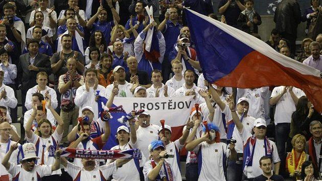 Čeští fanoušci daviscupového týmu v barcelonské hale během finále proti Španělsku.