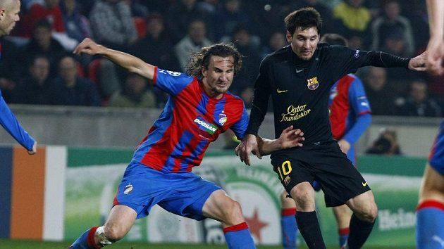 Plzeňský Petr Jiráček (vlevo) se snaží zastavit Lionela Messiho z Barcelony.
