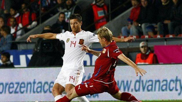 Tomáš Hübschman se snaží zastavit Xabiho Alonsa v utkání Španělska s Českou republikou.