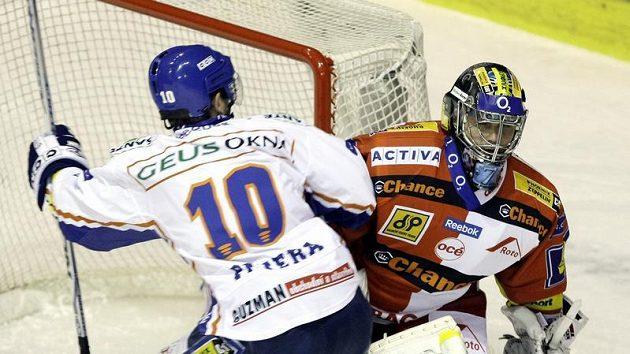 Kladenský útočník Pavel Patera (vlevo) se raduje z branky, kterou jeho tým vstřelil brankáři Slavie Zdeňku Orctovi.