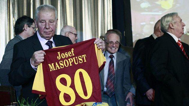 Josef Masopust s dresem ke kulatinám a zástupem gratulantů v pozadí.