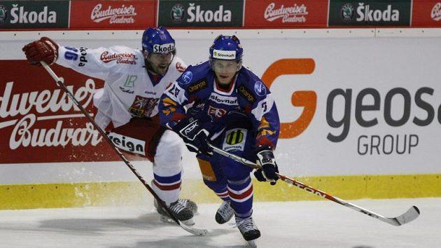 Petr Čáslava (vlevo) stíhá slovenského útočníka Pánika.