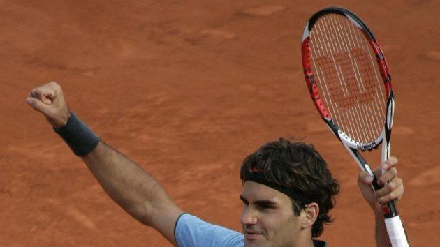 Švýcarský tenista Roger Federer se raduje z postupu do semifinále Roland Garros.