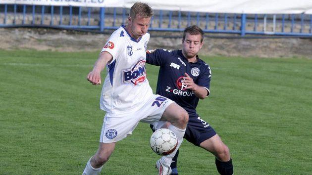 Kladenský David Zoubek (vlevo) v utkání se Slováckem.