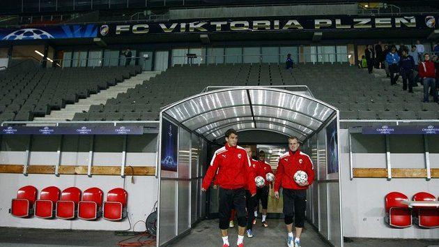 Hráči Viktorie Plzeň míří na trénink před utkáním Ligy mistrů proti Barceloně.