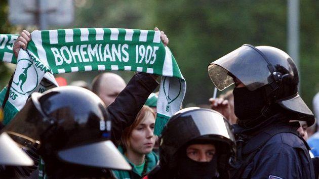 Fanoušci Bohemians 1905 pod dohledem policie