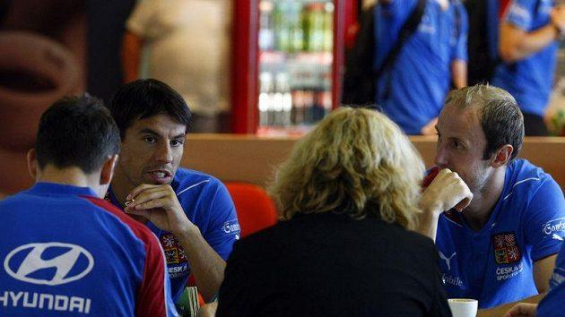 Milan Baroš (vlevo) si povídá před odletem fotbalové reprezentace do Skotska s Romanem Hubníkem.