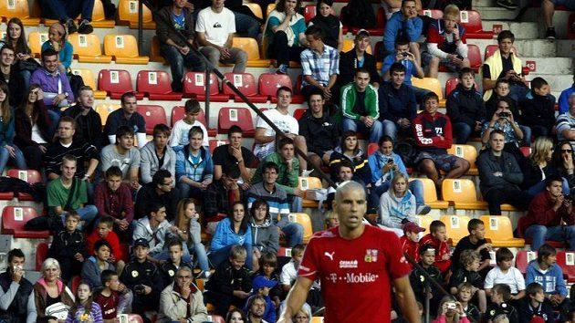 Fanoušci národního celku sledují Milana Baroše na tréninku.