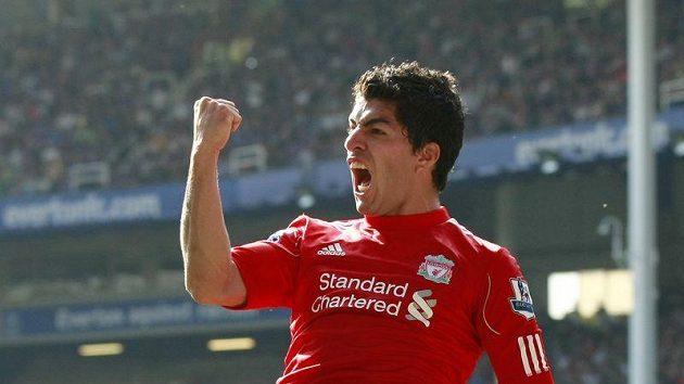 Liverpoolský Luis Suárez se raduje ze své branky proti Evertonu.