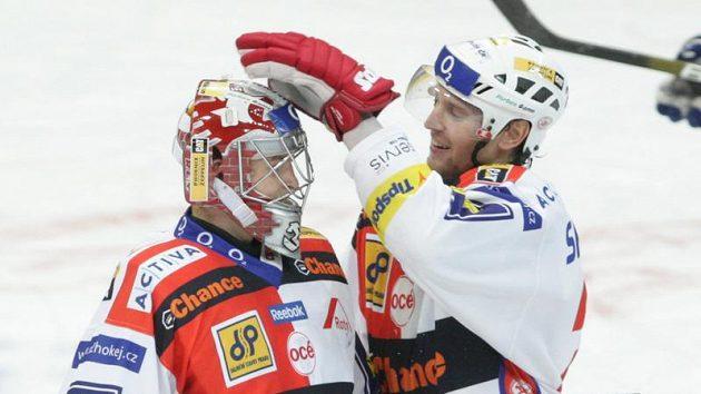 Hokejisté Slávie Furch a Růžička se radují po vítězném utkání nad Vítkovicemi.