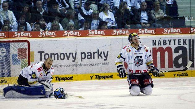 Je rozhodnuto. Liberecký brankář Vošvrda smutní po gólu Slavie v prodloužení, který ukončil libereckým hokejistům sezónu.