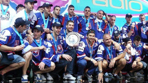 Slovenští hokejisté s pohárem na náměstí v Bratislavě.