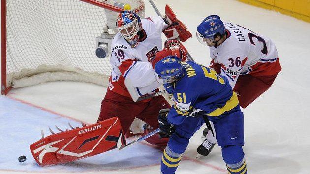 Švéd Rickard Wallin se snaží překonat českého brankáře Tomáše Vokouna v semifinále mistrovství světa.