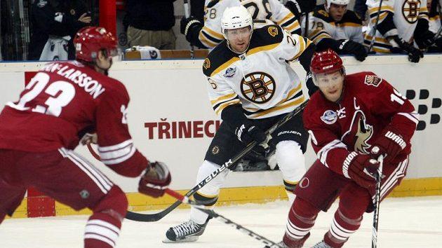 Wheeler z Bostonu (vlevo) v souboji z Doanem z Phoenixu ve druhém pražském utkání NHL.