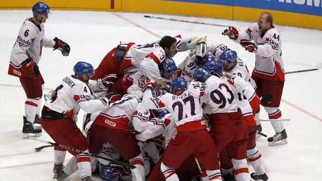 Čeští hokejisté se radují z postupu do finále mistrovství světa v Německu.