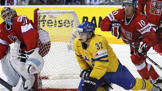 Marcus Kruger ze Švédska bojuje mezi Červenkou a Pavelcem o puk u české branky