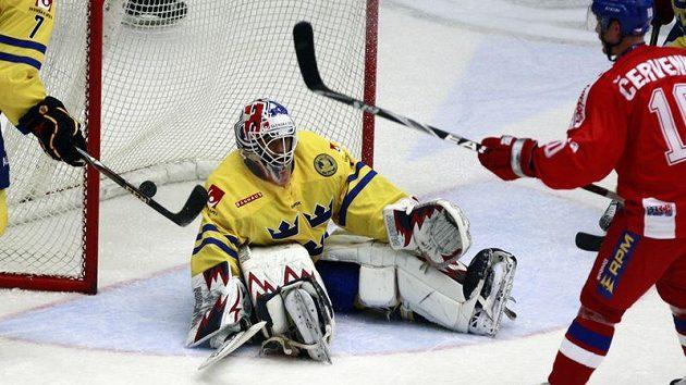 Švédský brankář Stefan Liv zasahuje proti střele Romana Červenky.