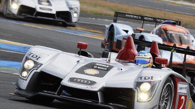 Německý pilot Mike Rockenfeller ve voze Audi R15 během závodu 24 Le Mans