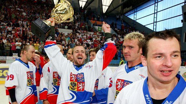 Hokejbaloví mistři světa si oslavy s pohárem vychutnali.
