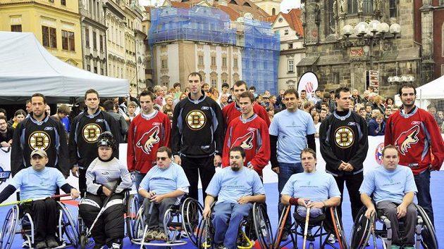 Hokejisté Bostonu a Phoenixu a jejich soupeři se fotografují na Staroměstském náměstí v Praze